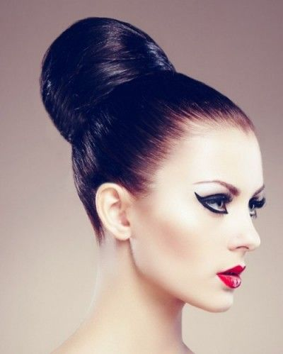A sleek bun looks very elegant & chic and it can be great idea for your wedding day. Hair styled into a polished bun looks amazing with or without hai...