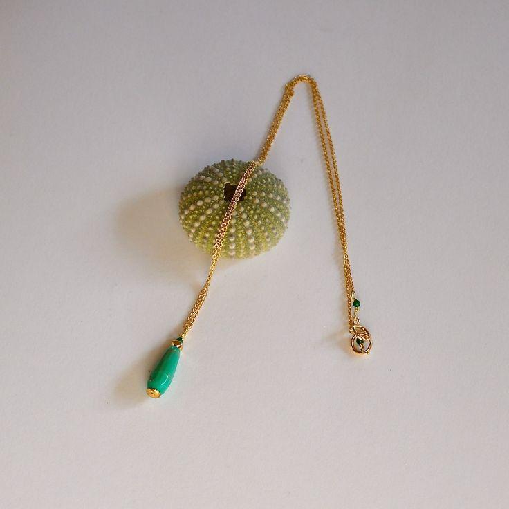 """Collier ras de cou opale verte facettée sur fine chaine dorée à l'or fin : Modèle """"Elline"""" : Collier par kanakeis"""