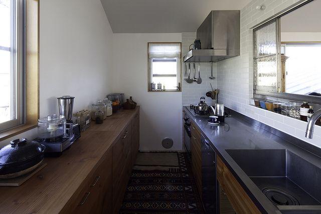 サッシの木枠も、ダイニングに開いた波板ガラスも小物の一つ一つにもお客様のコダワリがあふれたキッチンです。