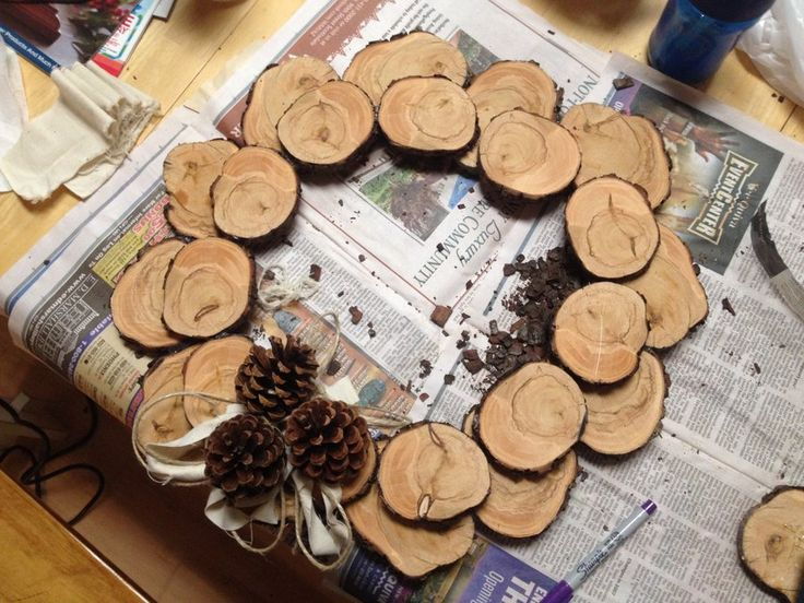 Wood slice wreath by cassiet717 for Wood slice craft projects