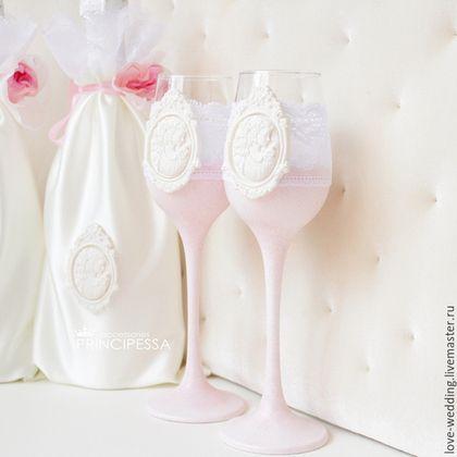 Купить или заказать 'Rose' бокалы свадебные в интернет-магазине на Ярмарке Мастеров. Данный набор аксессуаров выполнен на заказ, возможен повтор: -мешочки для шампанского 1500р -папка для свидетельства о браке 1800р -свечи 1500р -комплект подвязок невесты 1500р -книга пожеланий 2200р -бокалы 1800 -плечики для свадебного платья 600р -ручка для записей 700р -шкатулка для конвертов 3000р -шкатулочка для колец 1500р -зеркальце 1500р -расческа 1000р Состав набора может быт…