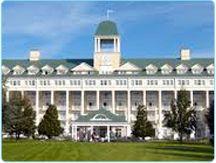 """Cazarea la hotelul Disney's Newport Bay Club din Paris iti ofera posibilitatea sa navighezi pe Lacul Disney asa cum o faceau marinarii adevarati in anii '20. Camerele sunt decorate in tonuri de albastru si alb, culorile specifice costumului marinaresc.  La etajul """"Admiral"""", poti beneficia de servicii suplimentare: receptie privata, room service"""