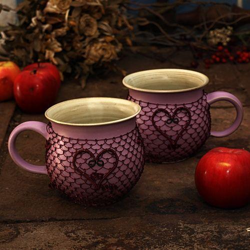 """Valentýn: Růžový drátovaný hrnek - keramika Ručně točený keramický hrnek """"buclák"""" jeodrátovaný měděným drátkem vínové barvy a ozdobený srdcem z drátu. Obsah je cca 0,3 l, výška 9 cm, šířka 9,5cm. Hrnek doporučuji vymývat ručně. Zasílám jako křehké zboží."""