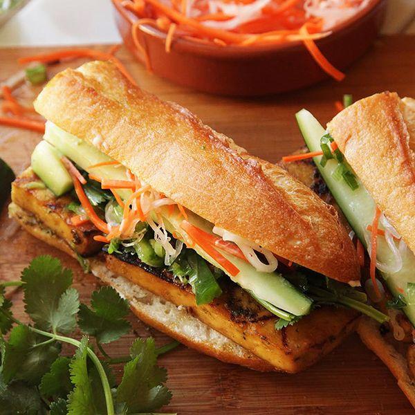Banh: Ana malzemesi domuz veya sardalye olan, günün her saati sokakta rastlayabileceğiniz sandviçlere verilen addır.