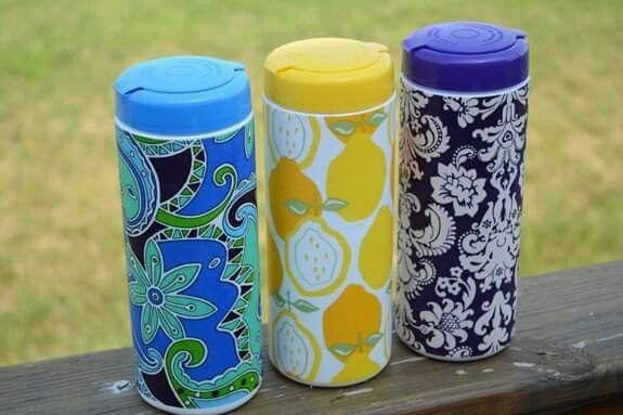 Embalagem de lenço-úmido , revestida com papel-contact... reutilizada como puxa-sacos.  Fonte: http://tatertotsandjello.com/2011/07/summer-social-guest-project-make_21.html