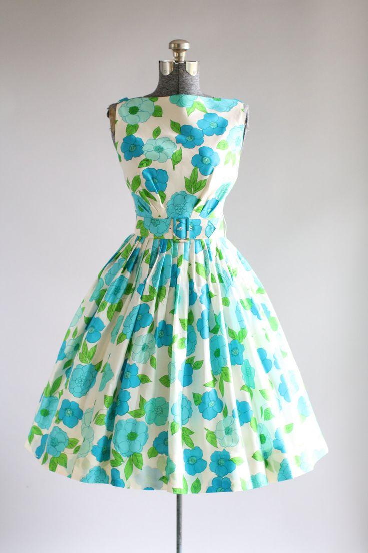 Deze jurk jaren 1950 partij beschikt over een bloemenprint in tinten van turquoise en groene bovenop een witte achtergrond. Mouwloos. Gesmoord taille. Bevat de oorspronkelijke brede taille gordel. Volledige geplooide rok. Lagere scoop nek in de rug. Metalen rits op de rug. Volledig gevoerd. Zeer goede vintage staat. Let op: ik zag een paar kleine merken op de jurk, toen het Strijkservice maar ze zijn niets merkbaar bij het dragen. Petticoat gedragen onder rok voor toegevoegde volheid…