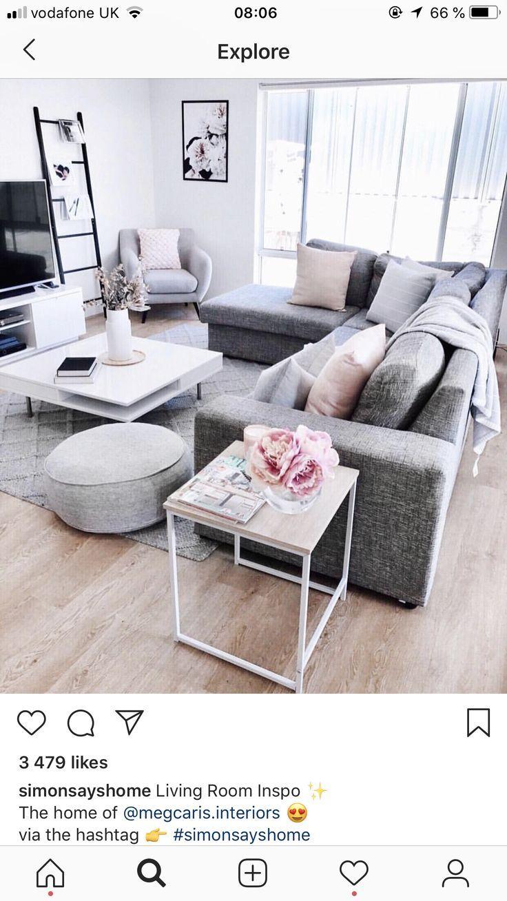 Wohnzimmer mit grauer Couch