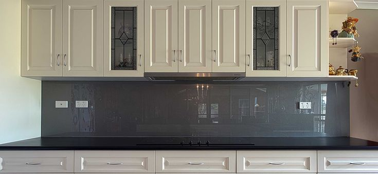 Grey_Metallic-Kitchen_Glass_Splashback-Lara-www.geelongsplashbacks.com.jpg…