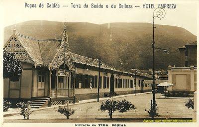 """Poços de Caldas - cartão-postal não circulado, da segunda metade da década de 1920, destacando o """"Hotel Empreza"""". Em primeiro plano, à esquerda, está a belíssima construção que um dia foi o consultório do Dr. Pedro Sanches. Observe, à direita, o Palace Hotel em obras, bem como a riqueza do poste de iluminação."""