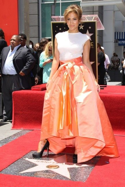 #JenniferLopez décroche son étoile sur le célèbre #WalkofFame d'Hollywood ! Plus rayonnante que jamais en robe #Dior.   Lire l'article ☆ Jennifer Lopez from the block ☆ : http://www.livecoiffure.com/fr/posts/22330-j-lo-from-the-block-3