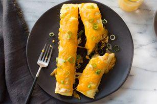 Enroulez des saucisses et des œufs dans des enchiladas avec des pommes de terre rissolées et vous obtiendrez un plat parfait pour un petit-déjeuner du week-end! Il suffit de cuire le tout jusqu'à ce que les enchiladas soient délicieusement fondantes!