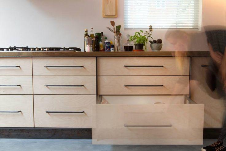 Industriële keuken: combinatie van staal, eiken en multiplex. Homemade Afzuigkap en grepen.  Als je op zoek bent naar een design keuken voor een eerlijke prijs, neem dan contact op met de mannen van Houtkwadraat. 0653340146 (Arne) of 0621835070 (Senne) info@houtkwadraat.nl www.houtkwadraat.nl fotografie: Marly Gommans