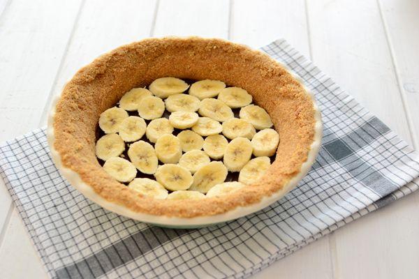 Aprovechando que todavía hace calor y no me apetece mucho encender el horno, he preparado esta tarta de plátano  o banana cream pie , un cl...