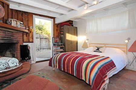 """Regardez ce logement incroyable sur Airbnb : """"Granada House"""" Urban Farm Cottage! - Maisons à louer à San Diego"""