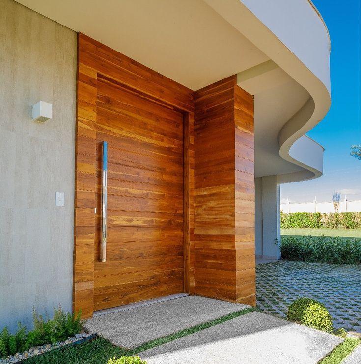 Fachada de casa com porta painel de madeira for Ceramica para fachadas exteriores