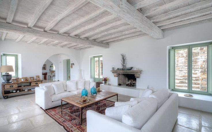 Η Δύναμη του λευκού Το λευκό χρώμα των σπιτιών στο Αιγαίο, αν και ομολογουμένως πρόκειται για μια σχετικά πρόσφατη πρακτική στη νησιώτικη αρχιτεκτονική, αποτελεί σήμα κατατεθέν της ελληνικής εξοχικής κατοικίας, αφού με μοναδικό τρόπο αντανακλά τη ζέστη των ακτίνων του ήλιου κάνοντας κάθε σπίτι πιο δροσερό...