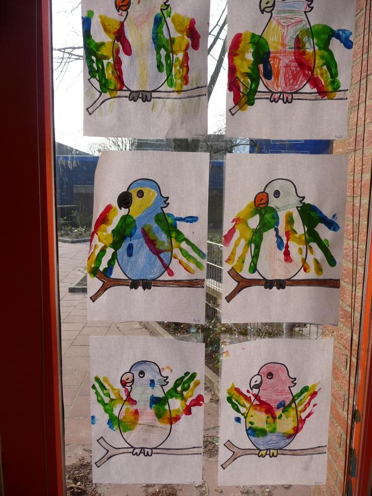 Map juf Ineke: een papegaai kleuren, de vleugels worden met handafdrukken gemaakt.