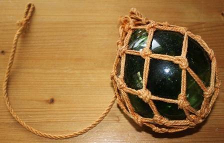 Leuke groene glazen bol in touwnet jaren '60 '70