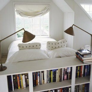 Une bibliothèque qui sert de tête de lit