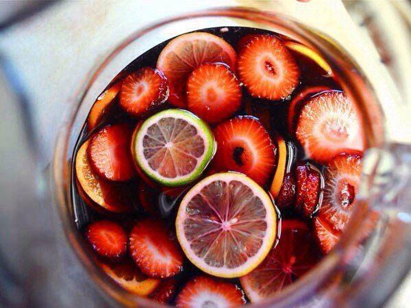 Сангрия (Sangria).  Самый популярный, разве что после пива и вина, напиток в Испании. Приготовленная правильно сангрия, не имеет ничего общего с синтетической покупной.  Вам потребуется:  1,2 л красного сухого вина 5 ст.л. сахара (или по вкусу) Сок 1-го апельсина 2 апельсина, порезать полу кружочками 1 лимон, порезать полу кружочками 1 палочка корицы 50 мл бренди или коньяка  Для подачи: 200 мл сильно газированной воды (можно упустить)  Как готовить:  1) Смешать все фрукты для сангрии…