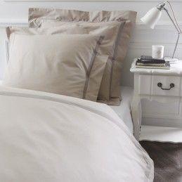 """Parure de lit """"Milano"""" taupe en percale de coton Garnier-Thiebaut. Le linge de lit parfait pour s'accorder avec la couette naturelle 4 saisons de Dumas https://www.dumas-paris.fr/couettes/naturel/4-saisons/47-couette-royal-4-saisons.html #chambre #bedroom #lit #bed"""