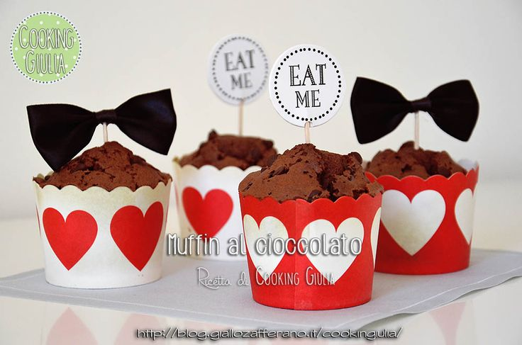 Questi Muffin al cioccolato son facili da preparare e adatti anche come regalo goloso per San Valentino! Basta utilizzare dei pirottini rossi o con cuori p