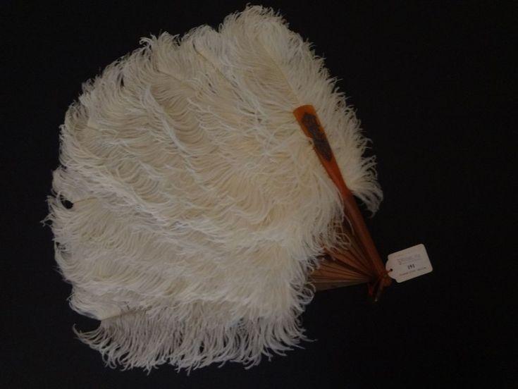 Eventail en plumes d'autruche blanches.  Monture en écaille blonde, chiffre en argent sur le panache.  Bélière.  Vers 1900  Monture de 8'' – 22 cm (fil rompu) - Art Richelieu - 27/11/2015
