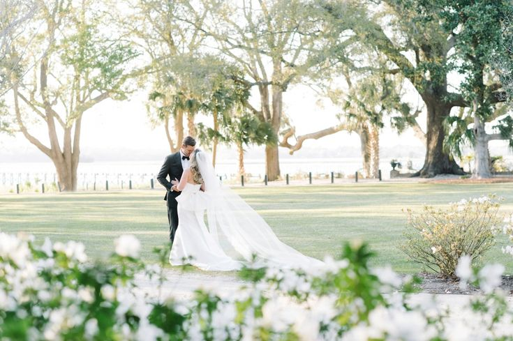 Meg & Grady's Lowndes Grove Plantation wedding in Charleston, South Carolina | Photo by Aaron and Jillian | Spring wedding inspiration