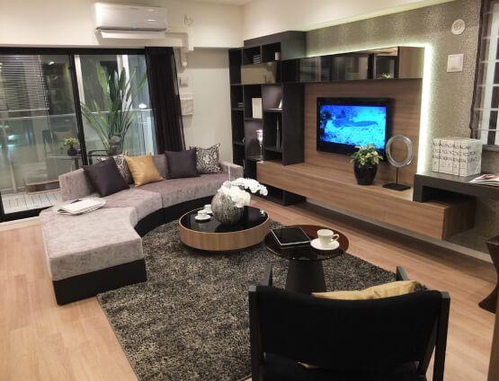 L253 ダイナミックな壁面ボード リビングにはダイナミックに壁面全体を使ったTVボード+デスクが広がり、贅沢な印象を与えます。 #リビング #ベッドルーム #子ども部屋 #キッズルーム #書斎 #和室 #ダイニングルーム #インテリア #コーディネート #家づくり #インテリアアテンダント