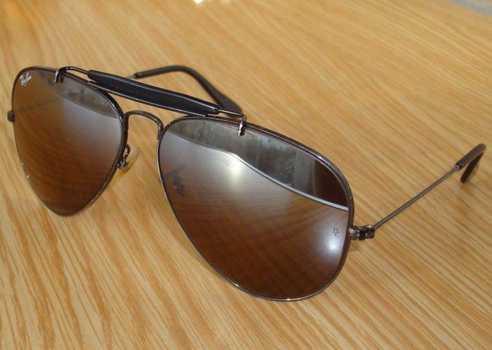 """Ray-Ban - B & L buitenman Aviator zonnebril-Unisex  Bausch & Lomb USA - zeldzaam model - vintage productie.Model van de buitenman verwijst naar L1696 VKAW 58-14.Vlieger klassieke zonnebril met """"Algemene"""" wenkbrauw-bar (plastic zwarte).Metaal zwart glanzend verchroomd.Standaard formaat (58mm breed lenzen).Met bijzondere en zeldzame B-15 Brown top kleurovergang en gespiegelde lenzen optisch glas.De lenzen van Bausch & Lomb B-15 top kleurovergang spiegel zijn weerspiegelend boven en hebben een…"""