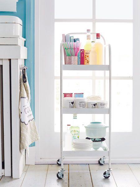Töpfe und Teller, Kleinkram und Vorräte: Wie wird alles hübsch verstaut? Mit diesen Accessoires und Regal-Vorrichtungen wird aus dem Chaos in der Küche eine aufgeräumte Kochecke.