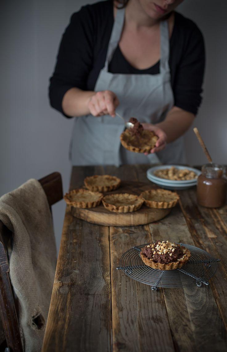 Crostatine integrali con crema di marroni, mousse al cioccolato e nocciole