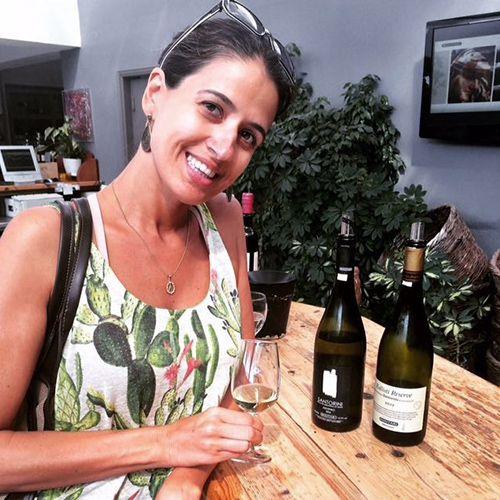 """Nathalia Lourenço sempre foi apaixonada pelo vinho e sua cultura. Estudou muito Direito e chegou até a advogar. Mas se casou, mudou-se para São Paulo, e, na capital paulistana, decidiu vivenciar sua grande realização profissional: tornar-se sommelière. """"Era algo que eu sentia prazer não só em beber, mas também em ler, conversar e viajar para lugares ligados a este universo da viticultura""""."""