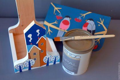 Купить или заказать Кормушка для птиц 'Зимняя' набор для сборки с контурами и красками в интернет-магазине на Ярмарке Мастеров. Кормушка для птиц 'Зимняя', которую вы можете сделать своими руками вместе с вашими детьми. Это будет отличный вариант провести время всей семьёй с пользой и удовольствием. Набор для сборки включает в себя: - Детали кормушки, изготовленные из натурального дерева. На деталях имеются отверстия для шурупов. А также нанесён контур рисунка для раскрашивания, - Шурупы для…