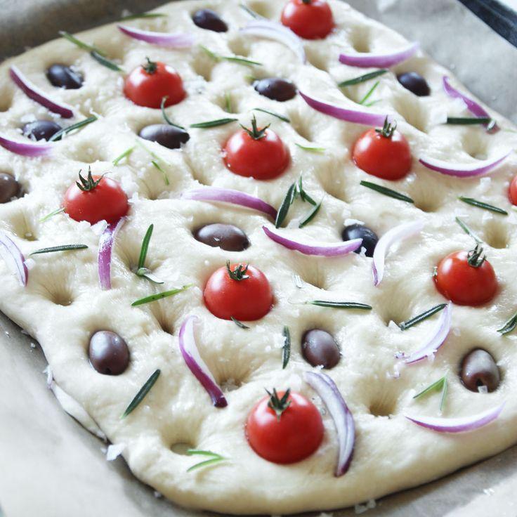 Italienskt matigt bröd som kan smaksättas helt efter egen smak! Lätt att baka och jäser bara en gång på plåten, men kan även kalljäsa i kylen.