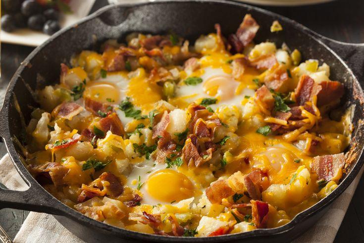 Esta receta es buenísima para un desayuno en un día de prisas, todo se hace en un mismo sartén y se mete al horno para tener unos ricos huevos estrellados con tocino y papa, ¡seguro te encantará!