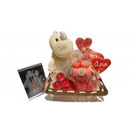 Nuestra cesta Emociones es el regalo perfecto para San Valentín, aniversarios o cualquier fecha importante a recordar. Es uno de nuestros regalos más personalizados gracias a la fotografía de 10x15 incluida en el precio. Además, nuestra cesta regalo a domicilio viene acompañada de una maceta de chucherías y velas aromáticas para crear el mejor de los ambientes.