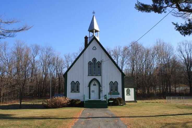 Presque toutes les agglomérations de la MRC Brome-Missisquoi abritent une église anglicane. Cette confession apparait en Angleterre lorsqu'Henri VIII se proclame chef suprême de l'Église d'Angleterre en 1563. Par la suite, des visions différentes de la pratique amènent la fondation de sections dissidentes dans le mouvement protestant. Au XIXe siècle, l'Église d'Angleterre, c'est-à-dire anglicane, domine …
