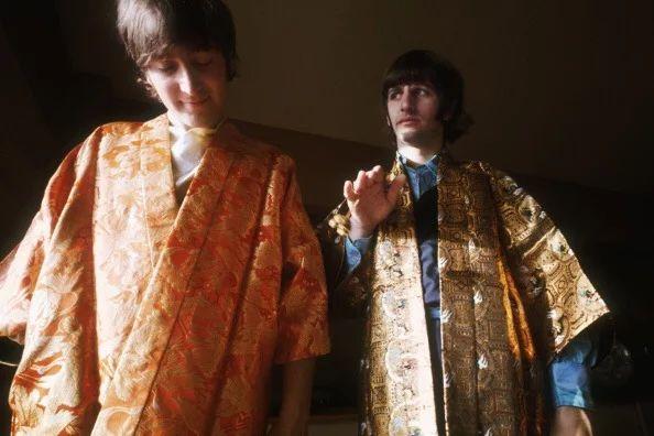 Foto: Beatles in Kimonos in Tokyo Hilton Hotel, Japan 1966