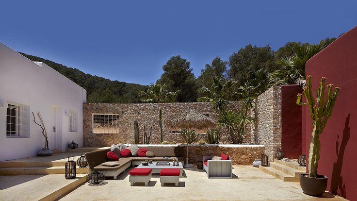 L'Hôtel bénéficie d'une situation idéale dans l'île, Le Calme absolu dans un parc de 12 hectares, à quelques minutes de la vie trépidante d'Ibiza...