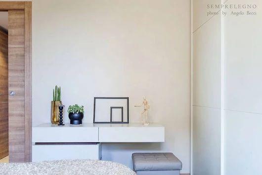 Comò multifunzionale progettato appositamente dalla falegnameria #Semprelegno in Lissone per questa stanza da letto: cassettiera e allo stesso tempo scrittoio per sfruttare al meglio i spazi a disposizione. Bespoke Bedroom Furniture Made in Italy.