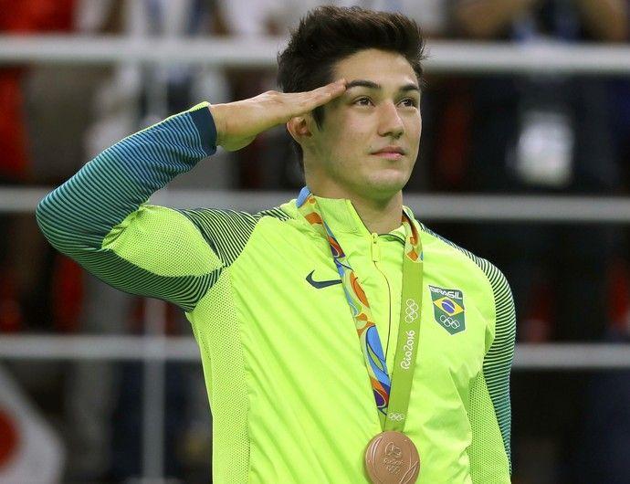 Entenda por que os atletas brasileiros prestam continência no pódio olímpico