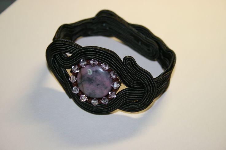 Χειροποίητι βραχιόλι με σουτάζ, ροδονίτη κρυσταλλάκια και χάντρες toho. Handmade bracelet with soutache ,rodonite, crystals and toho beads