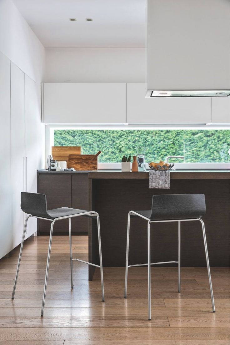 ONLINE is a modern minimalist counter-height stool featuring a waved wooden seat available in a variety of wood finishes that match all styles of interior, whether classic or modern. The 4 metal legs are slender, stylish yet highly sturdy and available in both bar and counter height. #calligaris #modern #counter