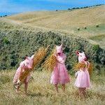 """""""Lo increíble de la infancia es que cualquier cosa en ella es una maravilla"""". – Gilbert Keith Chesterton La fantasía y la imaginación son recurso o concepto dentro de la fotografía, de ellas los fotógrafos adquieren inspiración y cada uno las aprovecha según su propia inventiva. Caballos tocando el violín, payasos sollazando, puerquitas con vestido, …"""