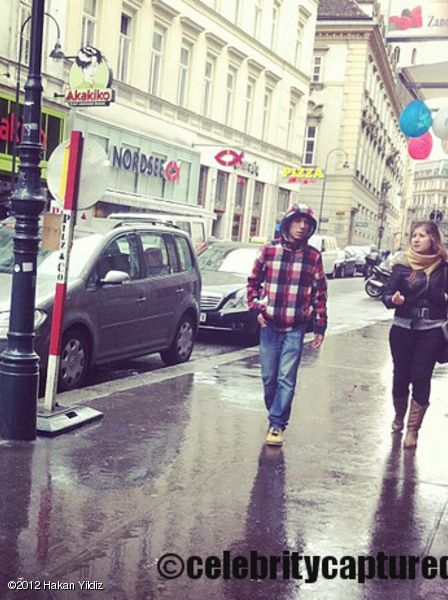 STAREE Hakan Yildiz: haha paparazzi got my pic when i was in Vienna! check it out! :D