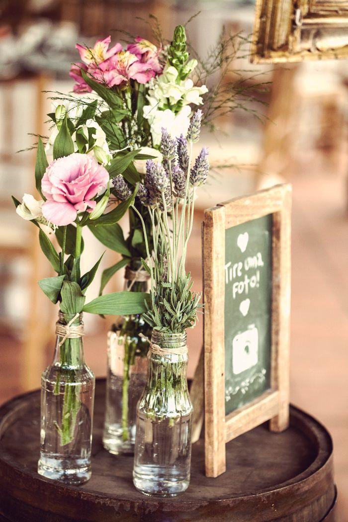 Decoração para casamento rústico, garrafinhas com flores, plaquinha de instagram, lousa