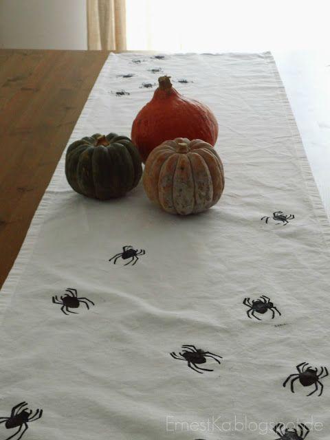 ErnestKa: DIY Halloween Tischläufer- mit Spinnen bedruckt