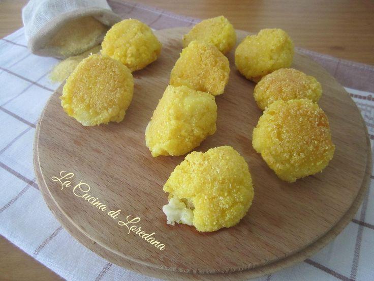 Piccole e deliziose Polpette di Polenta con un cuore di formaggio filante da gustare in un solo boccone, da preparare anche con la polenta avanzata