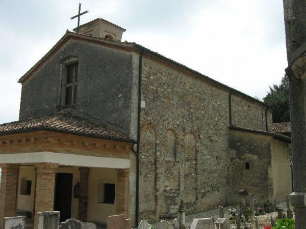 La chiesa di Sant'Eufemia è l'attuale chiesa del cimitero di Nigoline, sorta tra il VIII e il X secolo. L'attuale impianto esterno della chiesa di Sant'Eufemia risale al XIV secolo, tranne il portico che è dell'ottocento. All'interno sono presenti vari affreschi. Sulle pareti sono raffigurati i dodici apostoli (6 per lato), risalenti al '300. Sulla volta un Cristo Pantocrator all'interno della Mandorla, con tetramorfo....